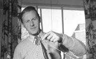 Thor Heyerdahl con una maqueta de la balsa Kon-Tiki