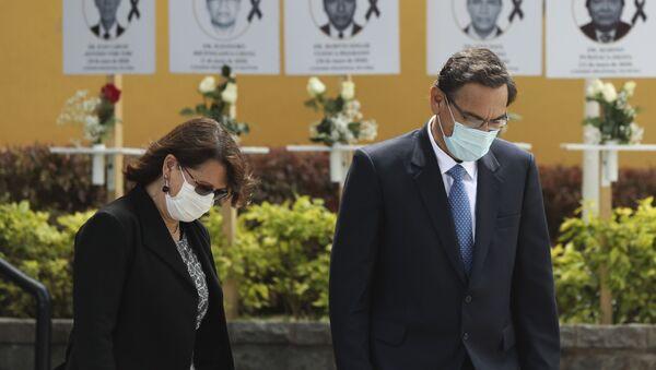 El presidente de Perú, Martín Vizcarra, rinde homenaje a médicos fallecidos durante pandemia - Sputnik Mundo
