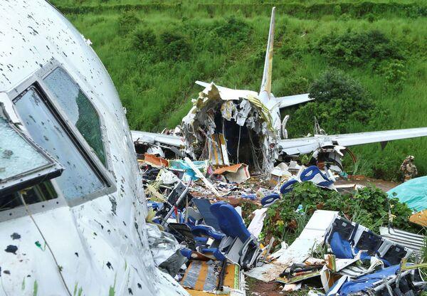 На месте крушения пассажирского самолета Boeing 737 Air India Express - Sputnik Mundo
