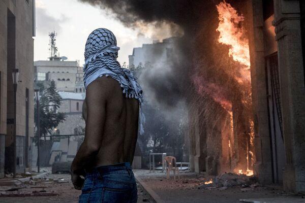 Участник столкновений между демонстрантами и силовиками в Бейруте - Sputnik Mundo