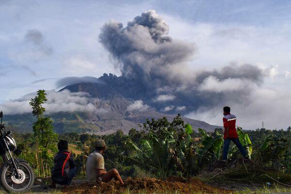 Жители деревни наблюдают за извержением вулкана Синабунг на Суматре - Sputnik Mundo