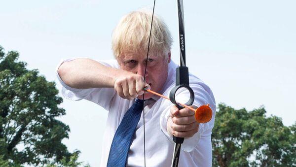 Премьер-министр Великобритании Борис Джонсон во время стрельбы из лука в летнем лагере Premier Education в Sacred Heart of Mary Girls, Лондон - Sputnik Mundo