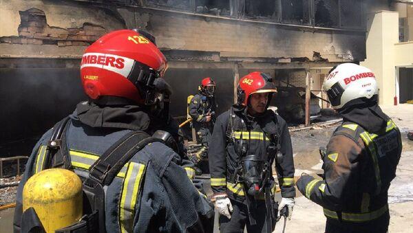 Bomberos de Benicassim apagando el incendio en el hotel - Sputnik Mundo