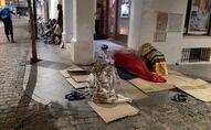 Temporeros pernoctando en el centro de Lepe