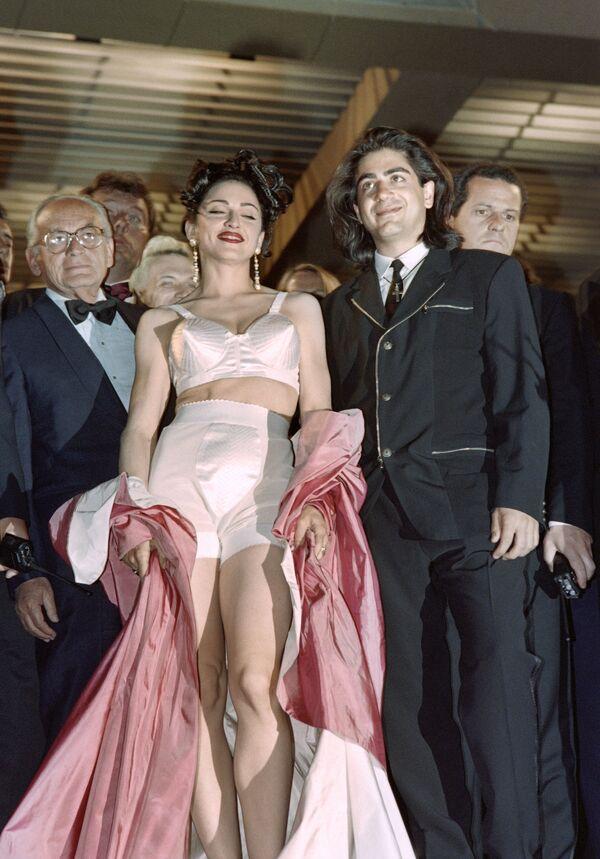 Madonna vistiendo el atuendo diseñado por  Jean-Paul Gaultier, en el Festival de Cannes, en mayo de 1991 - Sputnik Mundo