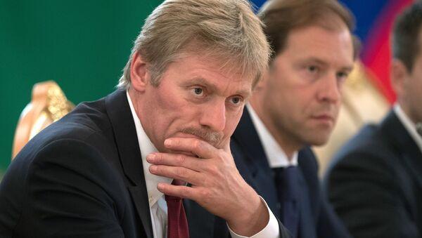 Dmitri Peskov, secretario de prensa presidencial, y Denís Mánturov, ministro de Industria y Comercio de Rusia - Sputnik Mundo