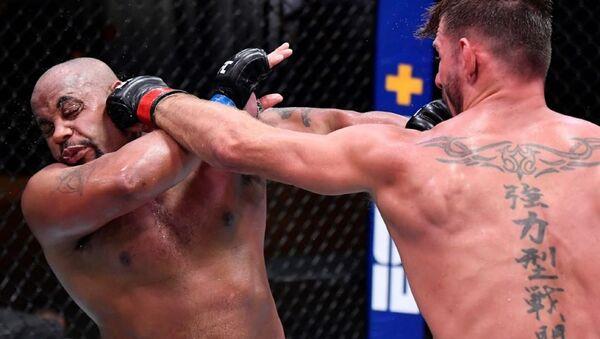 La pelea entre Daniel Cormier y Stipe Miocic en el marco de la UFC 252 - Sputnik Mundo
