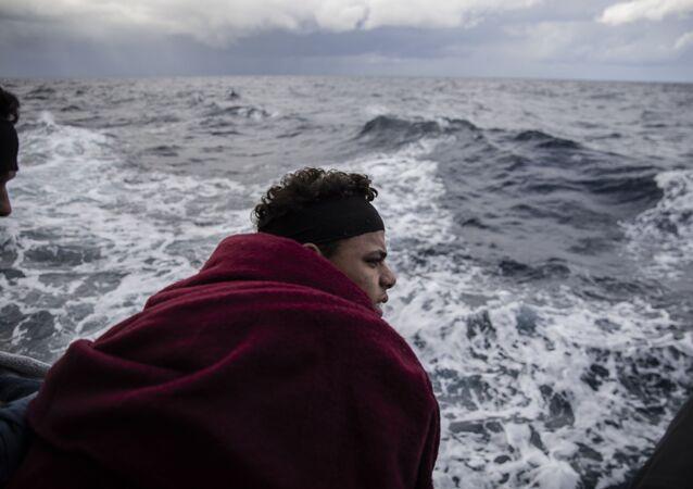 Un migrante en el mar Mediterráneo