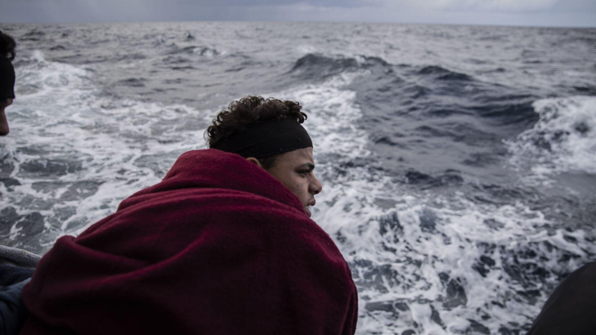 Un migrante en el mar Mediterráneo - Sputnik Mundo, 1920, 01.08.2021