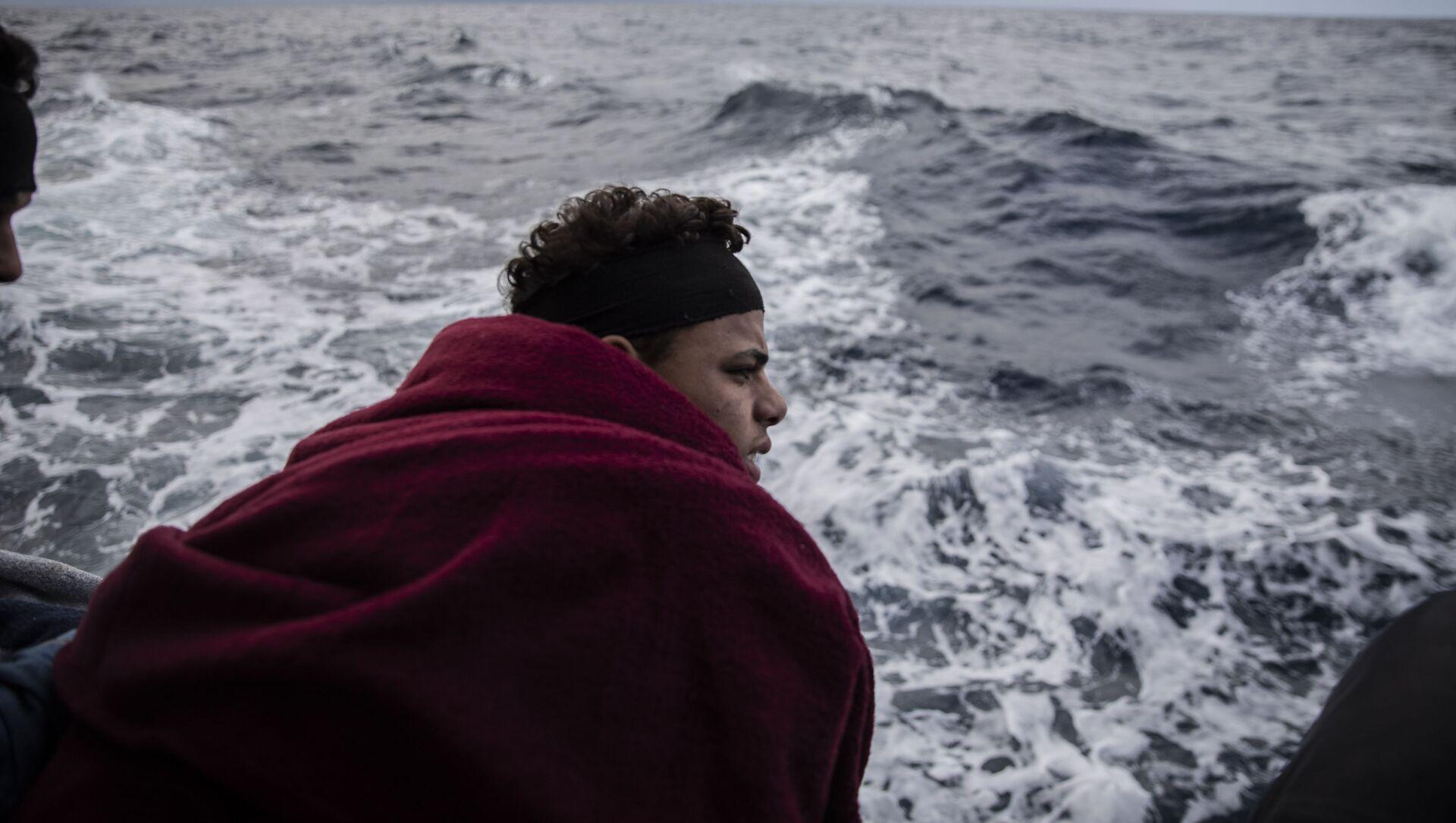 Un migrante en el mar Mediterráneo - Sputnik Mundo, 1920, 16.08.2020