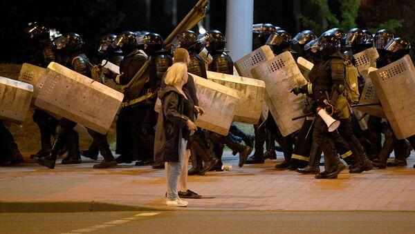 La policía durante las protestas en Minsk - Sputnik Mundo