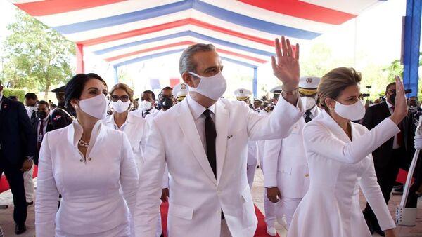 Luis Abinader (centro), el presidente de la República Dominicana - Sputnik Mundo