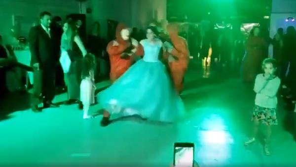 Viral: esta quinceañera es 'raptada' en pleno baile y regresa al estilo 'Casa de Papel' - Sputnik Mundo