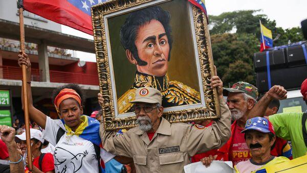 Los partidarios del presidente de Venezuela, Nicolás Maduro, con el retrato de Simón Bolivar - Sputnik Mundo