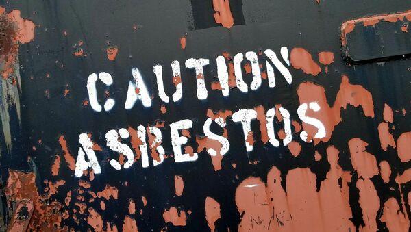 Cartel que señala lugar donde hay riesgo por asbesto, también llamado amianto - Sputnik Mundo