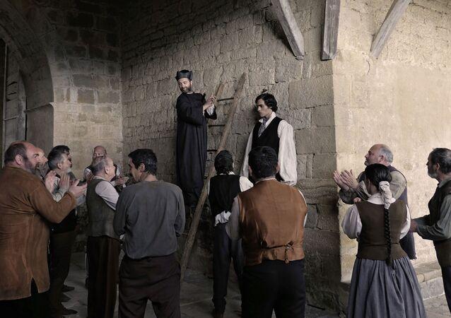 Fotograma de la película 'Handia', que cuenta la vida de 'El Gigante Español'