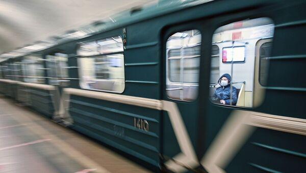 Un tren en el metro de Moscú - Sputnik Mundo