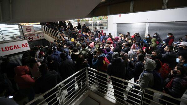 La gente dentro del centro comercial más popular en Santiago, Chile - Sputnik Mundo