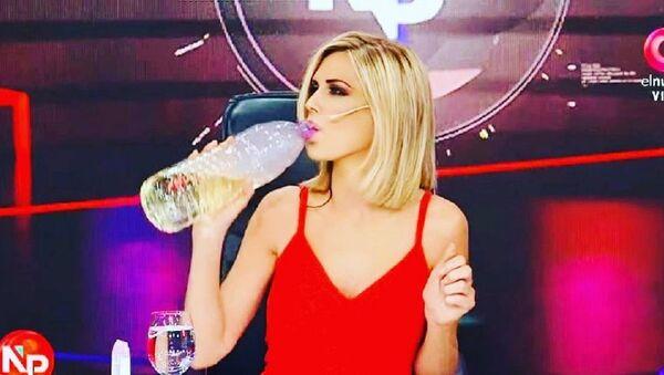Presentadora de TV Viviana Canosa bebiendo dióxido de cloro en vivo - Sputnik Mundo