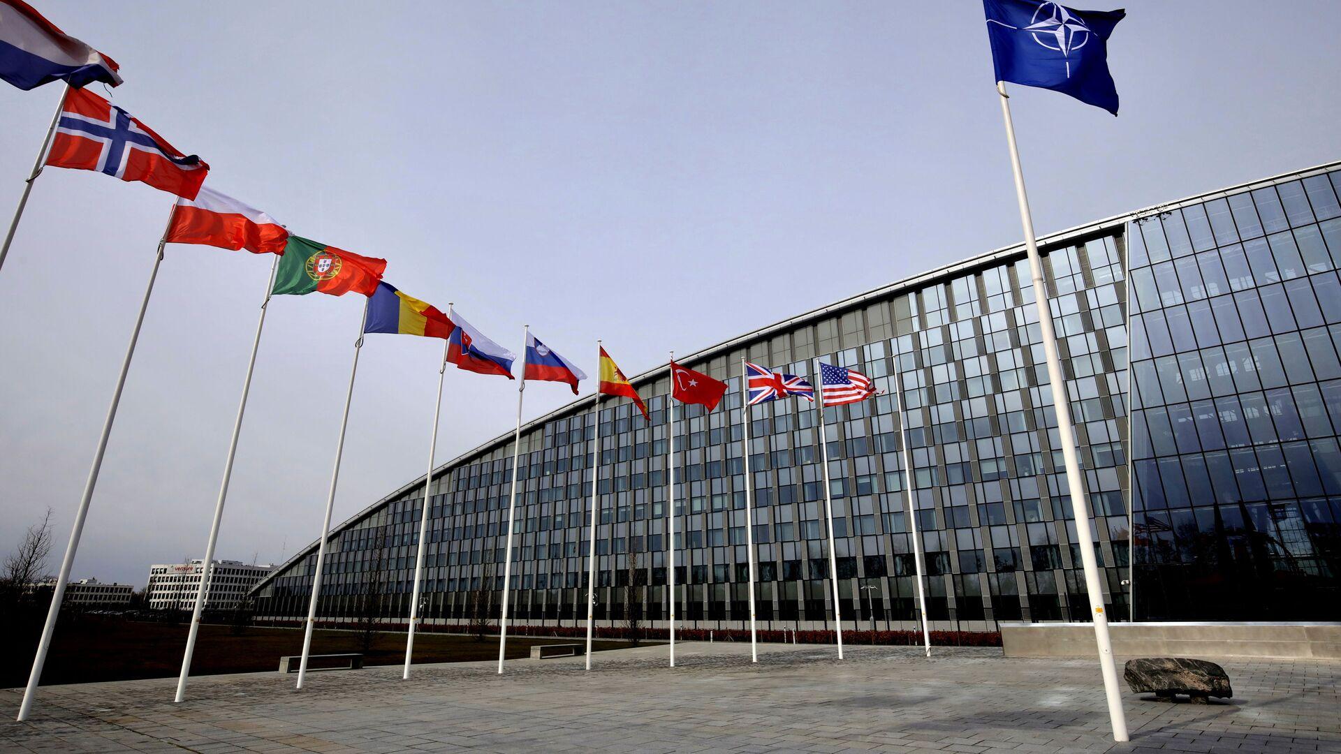 La sede de la OTAN en Bruselas y banderas de algunos países miembros - Sputnik Mundo, 1920, 31.05.2021