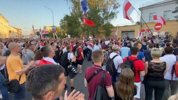 Manifestantes llenan las calles de Minsk para exigir la liberación de 'presos políticos' - Sputnik Mundo
