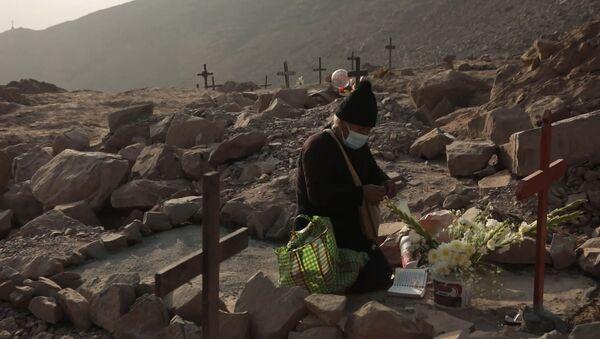Ningún cementerio los recibe: víctimas de COVID-19 son enterradas en las afueras de Lima - Sputnik Mundo