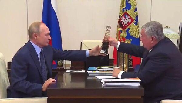 El presidente de Rusia, Vladímir Putin junto al director general de Rosneft, Ígor Sechin - Sputnik Mundo