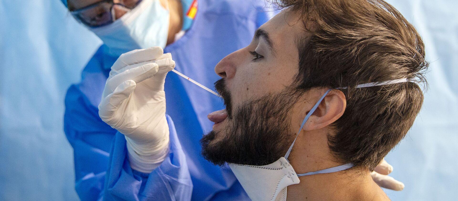 Un trabajador de la salud toma una muestra para una prueba de PCR para el COVID-19 en un centro médico en Madrid. 17 de agosto - Sputnik Mundo, 1920, 03.09.2020