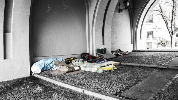 Mantas y colchones en la calle de personas sin hogar (imagen referencial) - Sputnik Mundo