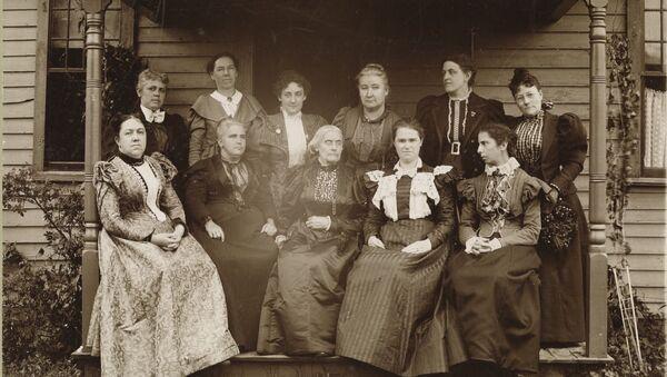 Susan B. Anthony acompañada por otras mujeres sufragistas (1896, Massachusetts) - Sputnik Mundo