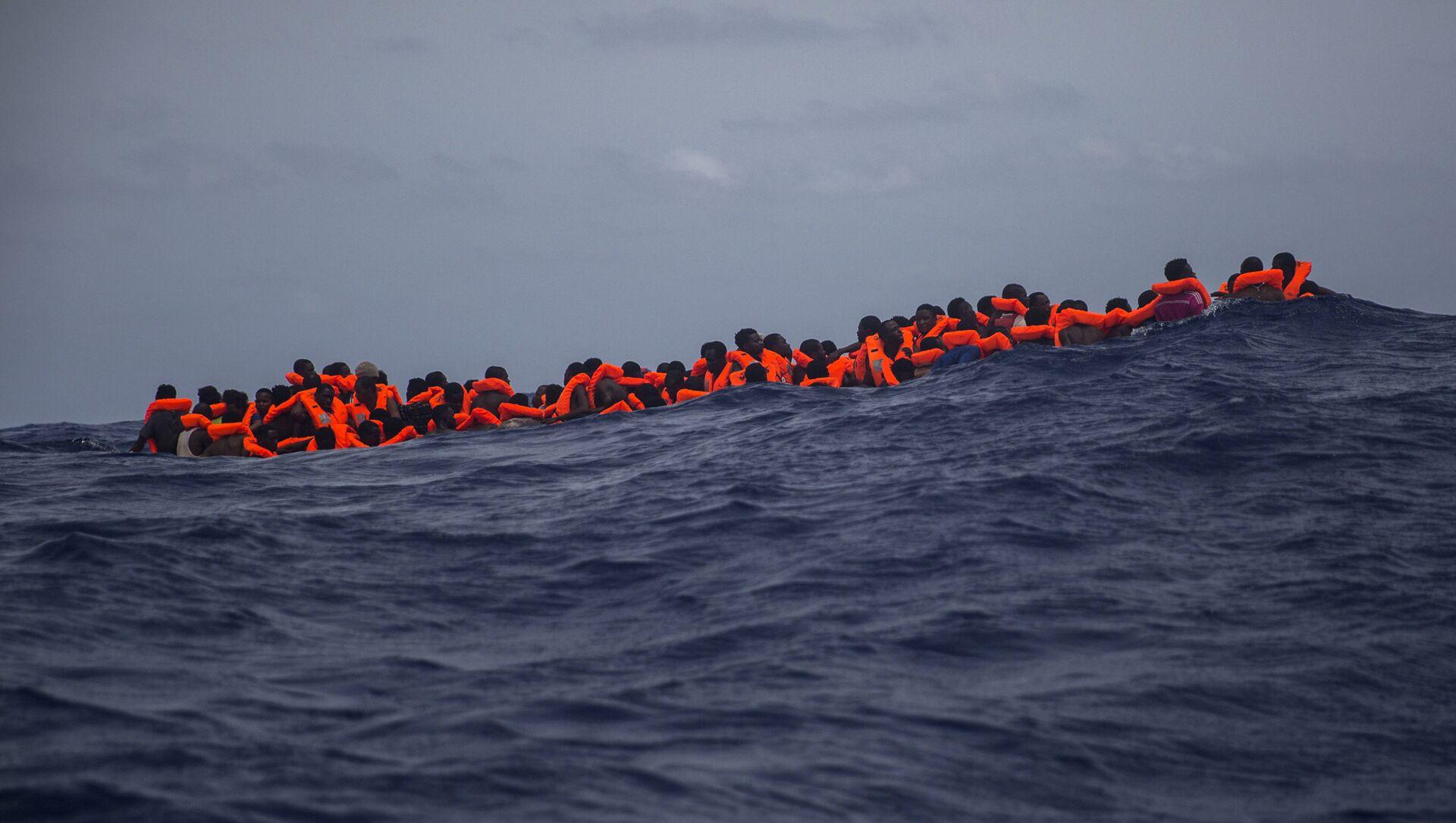 Inmigrantes  esperan ser rescatados en la mitad del mar Mediterráneo - Sputnik Mundo, 1920, 20.08.2020