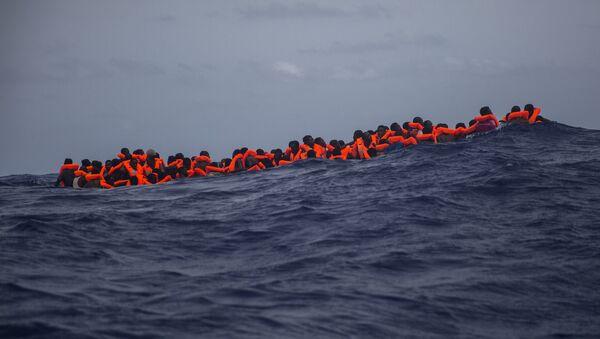 Inmigrantes  esperan ser rescatados en la mitad del mar Mediterráneo - Sputnik Mundo