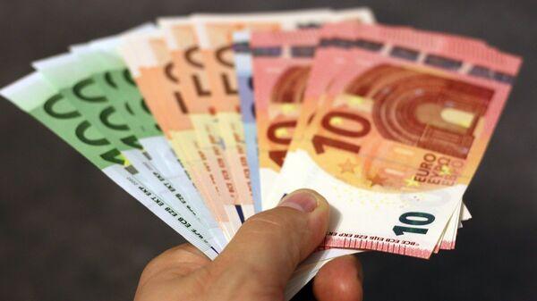 Billetes de dinero en euros - Sputnik Mundo