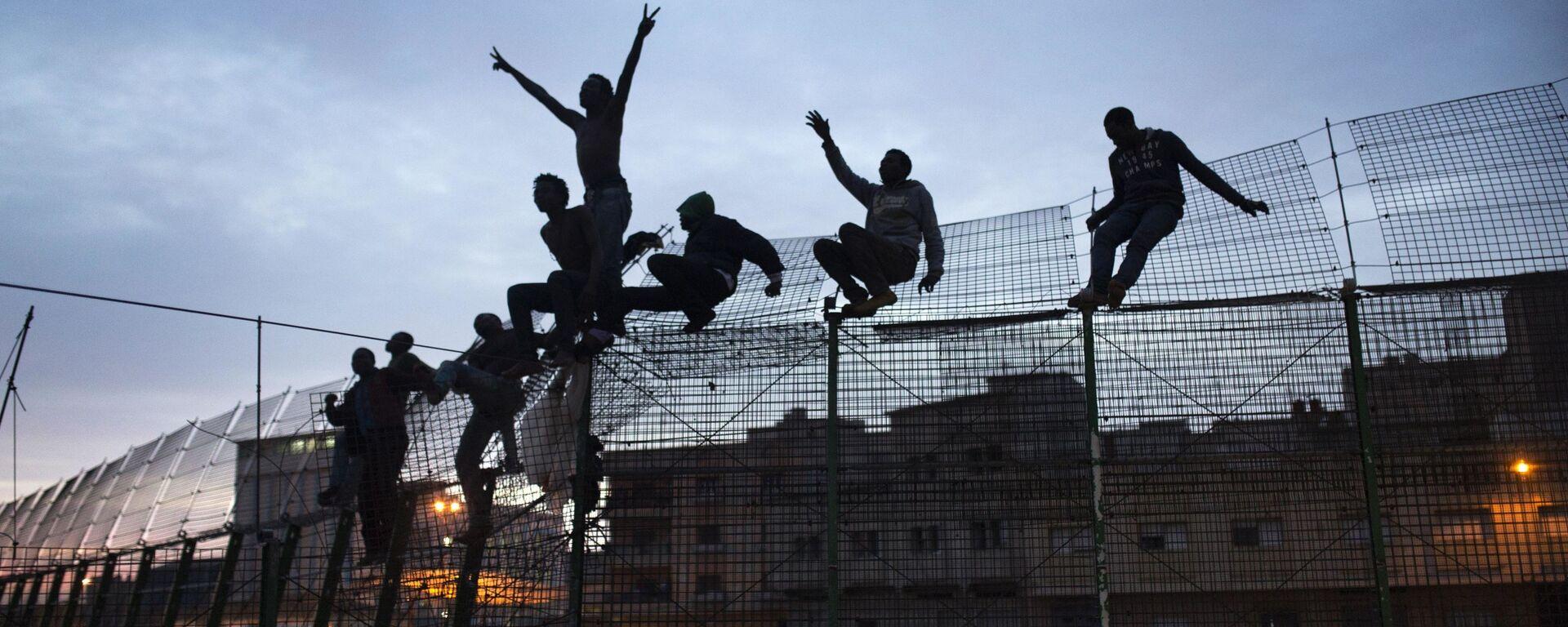 Inmigrantes subsaharianos intenta cruzar la valla de Melilla - Sputnik Mundo, 1920, 12.07.2021