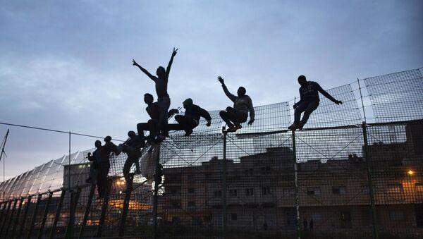 Inmigrantes subsaharianos intenta cruzar la valla de Melilla. Premio Nacional de Fotoperiodismo 2015 - Sputnik Mundo