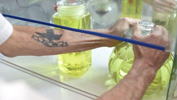 Un farmacéutico maneja botellas de dióxido de cloro en la Farmacia Boliviana, en medio del brote de la enfermedad del coronavirus - Sputnik Mundo