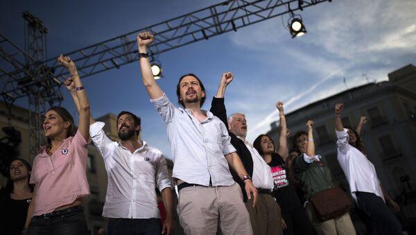 Pablo Iglesias en una concentración - Sputnik Mundo