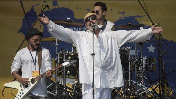 Miguel Bosé durante un concierto en Colombia - Sputnik Mundo