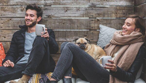 Una pareja con un perro (imagen referencial) - Sputnik Mundo