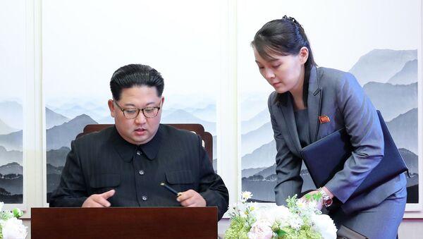 El líder norcoreano, Kim Jong-un, y su hermana, Yo-jong - Sputnik Mundo