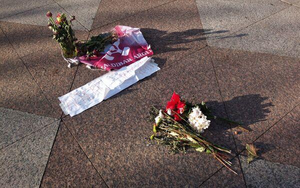 Flores en homenaje a los fallecidos en el vertedero de Zaldívar, al norte de España - Sputnik Mundo