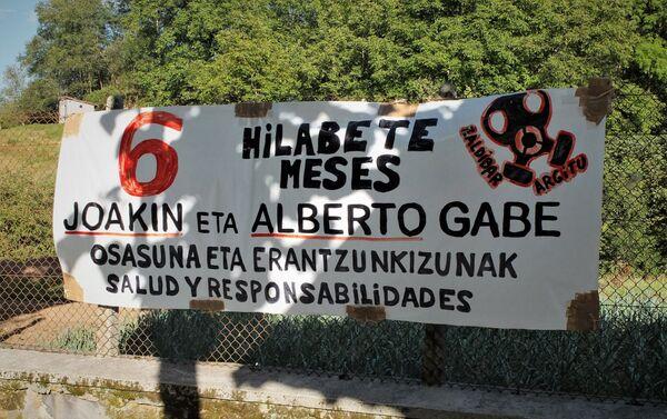 Cartel de protesta por la desaparición de dos trabajadores en el vertedero de Zaldívar, al norte de España - Sputnik Mundo