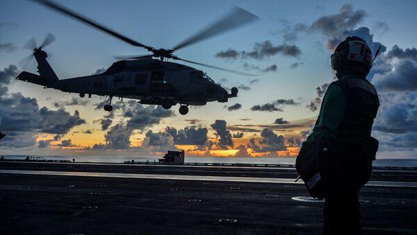 Un helicóptero durante las maniobras militares en el Mar del Sur de China - Sputnik Mundo