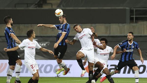 Diego Godin, del FC Inter de Milán, marca un gol de cabeza durante la Líga de Europa - Sputnik Mundo