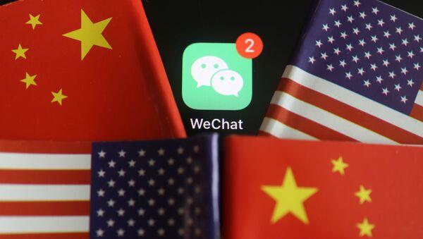 El logo de la aplicación WeChat con las banderas de China y EEUU - Sputnik Mundo