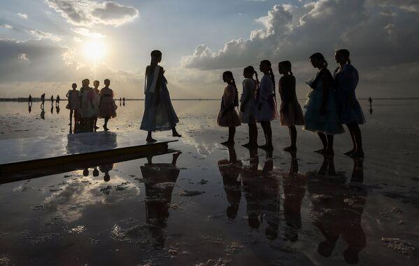 Desfile sobre el agua: un lago rosa acoge la Semana de la Moda de Crimea - Sputnik Mundo