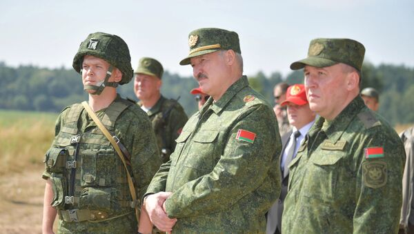 El presidente de Bielorrusia, Alexandr Lukashenko, visita un campo de tiro militar cerca de Grodno - Sputnik Mundo