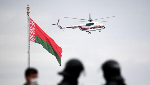 El helicóptero con el presidente Lukashenko vuela sobre Minsk - Sputnik Mundo