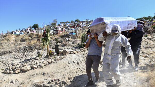 Personas trasladando un ataúd en el distrito de Paucarpata en Perú - Sputnik Mundo