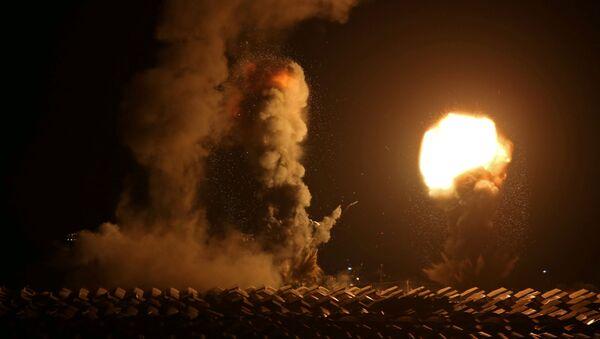 Un ataque aéreo israelí en la Franja de Gaza - Sputnik Mundo